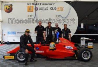 Andrea Cola et le team Monolite Motorsport après une victoire
