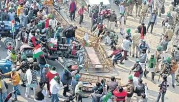 farmer protests delhi tractor