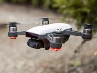 Dron DJI Spark schováte do kapsy. A jde ovládat rukou