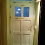 fehér, nyitható ablakos belvárosi fa ajtó