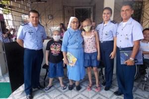Militares, diretora e crianças da Casa  S2 Jardel Lopes da Silveira/BAFZ