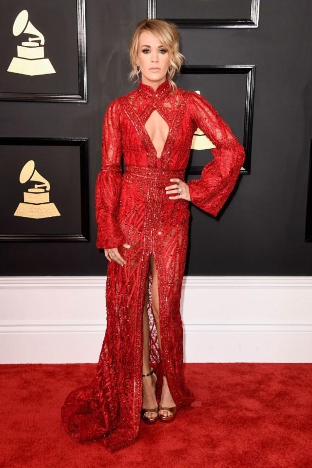 A Carrie Underwood tava bem bonita também! Ficou linda de vermelho! Esse decote é bem diferente, valorizou a silhueta dela! Gostei!
