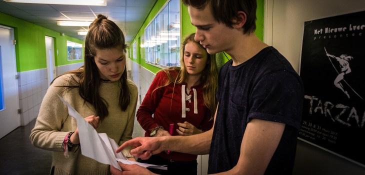 Fabian overlegt met Marieke en Nienke op set