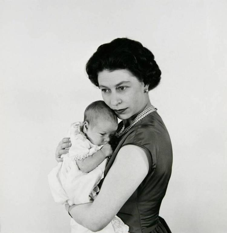 Regina Elisabetta II con in braccio il principe Andrew