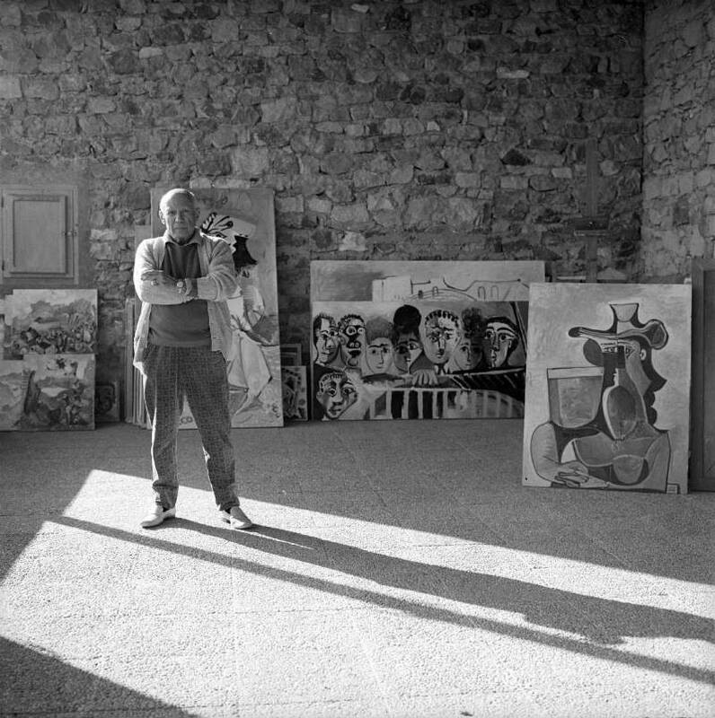 Pablo Picasso all'esterno della sua casa di Mougins