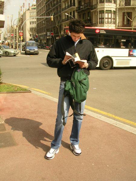 Danilo consulta la mappa a Barcellona, nel 2006