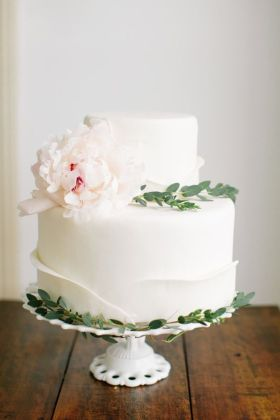 Wedding cake with peony and flowers | white wedding cake with peony #peony #weddingcake #whiteweddingcake
