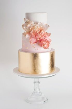 Wedding cake with peony and flowers | blush and gold wedding cake with peony #peony #weddingcake #blushweddingcake