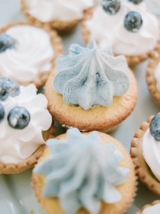 Winter wedding desserts | Light Blue Winter Wedding Read more Real Winter Weddings | fabmood.com #winterwedding