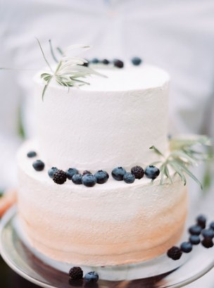 wedding cake | Cozy and Intimate Rustic Wedding | Photography : yuriyatel.com | read more: fabmood.com