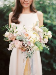 Neutral shades wedding bouquet | Cozy and Intimate Rustic Wedding | Photography : yuriyatel.com | read more: fabmood.com