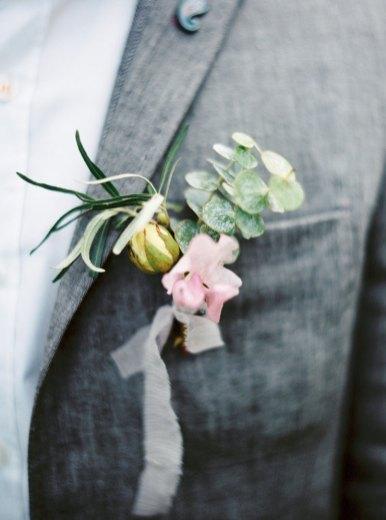 Bountonnieres | Cozy and Intimate Rustic Wedding | Photography : yuriyatel.com | read more: fabmood.com