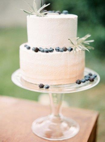 Ombre buttercream wedding cake | Cozy and Intimate Rustic Wedding | Photography : yuriyatel.com | read more: fabmood.com