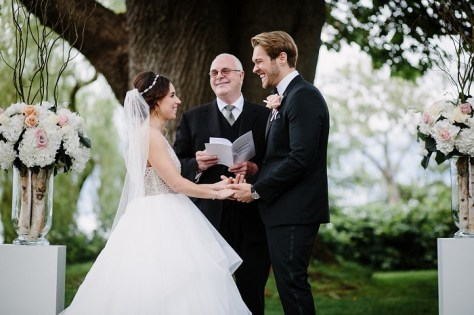 Garden Wedding ceremony | fabmood.com #gardenwedding