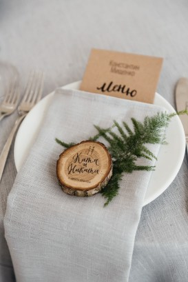 Calligraphy on woodslice place setting | Summer wedding | fabmood.com #weddingreception #summerwedding