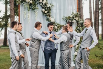 Groomsmen are in blue-gray tones | fabmood.com #groomsmen