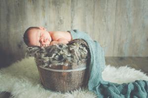Bébé dans contenant