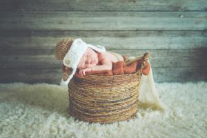 Bébé dans un décor