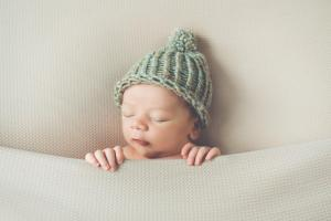 Bébé dort avec bonnet