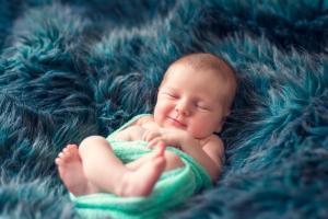 Bébé fait un sourire