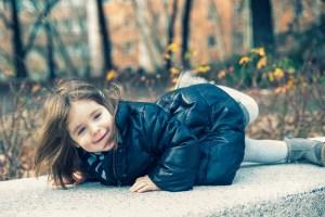 Photo bébé sur un banc
