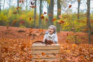 Bébé dans les feuilles