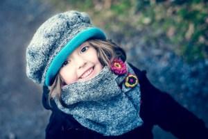 Photo bébé sourire et bonnet