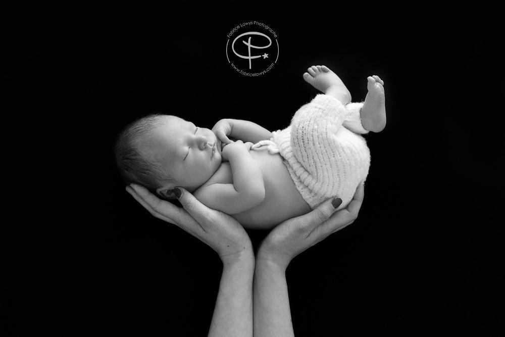 bébé sur mains