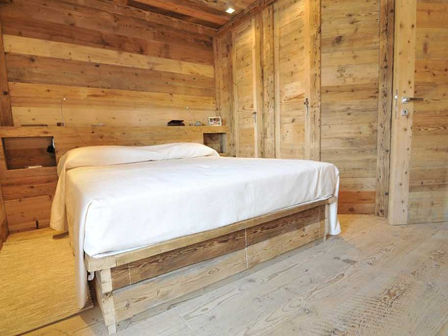 Arredo camere hotel di montagna in legno vecchio