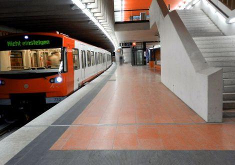FABRINO Color Coats rot Betonwerkstein  U-Bahnhof