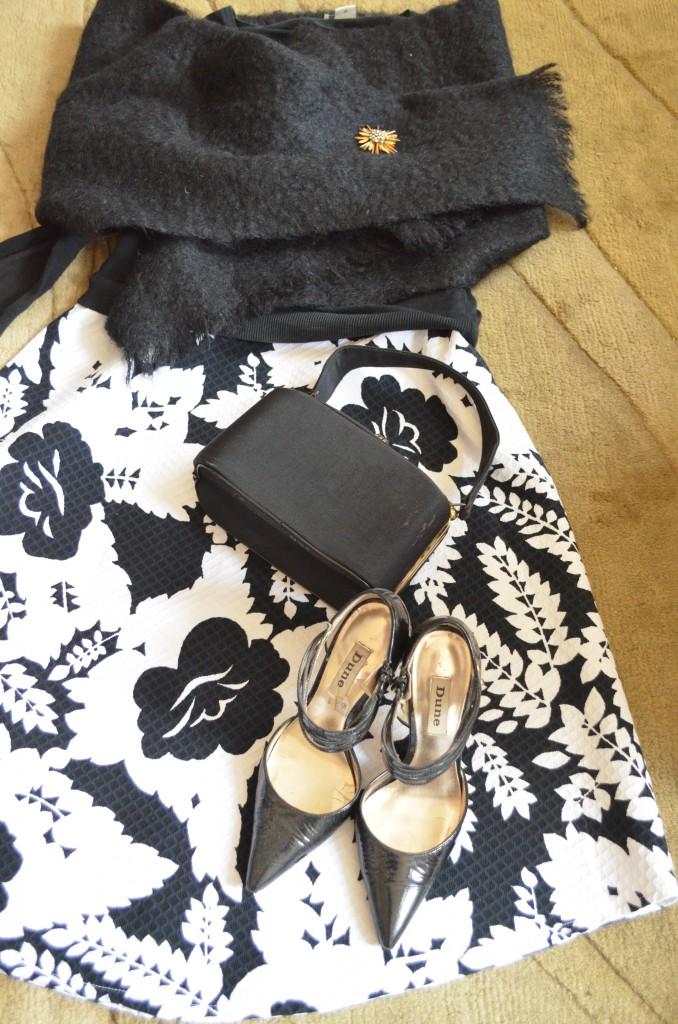 Joseph sweater, wool wrap from my mum, brooch Lulu vintage, shoes Dune and bag vintage 50's bag Lulu Vintage.