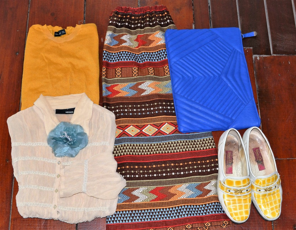 Aztec print skirt Retreat Vintage, sweater Zara, Hennes blouse, flower from somewhere, bag New Look and vintge loafers Retreat Vintage.