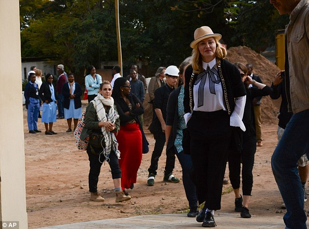 Madonna in Malawi: Visits pediatric unit under construction