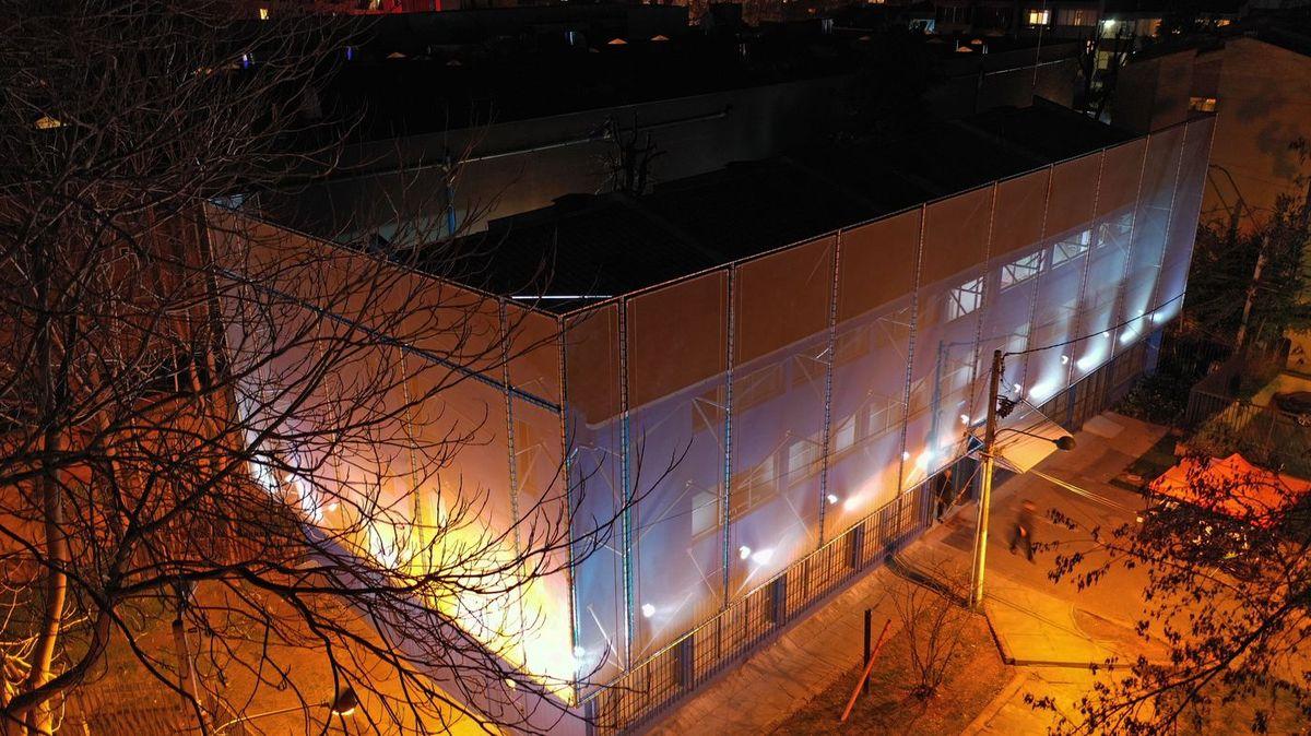 Fachada textil edificio de seguridad la reina 1
