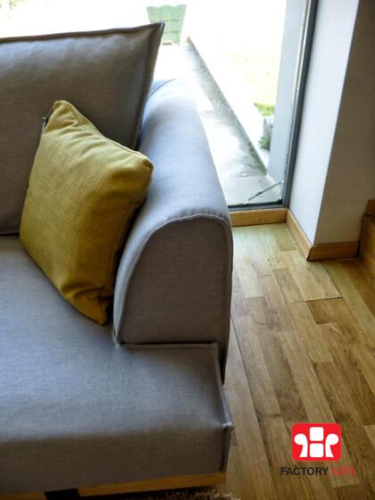 Γωνιακό σαλόνι SIMI, Ελληνικής κατασκευής σε διάσταση 3,00x2,50m, συνδυασμός μασίφ ξύλου και μετάλλου στη βάση. Με δυνατότητα αλλαγής υφάσματος και διαστάσεων.