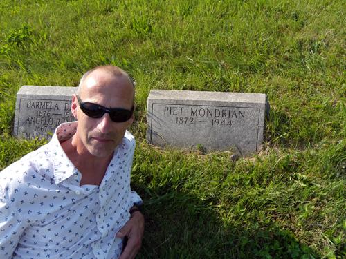 Koen Steenbergen in front of Mondrians grave marker in Cypress Hills Cemetery © Barbara Snow