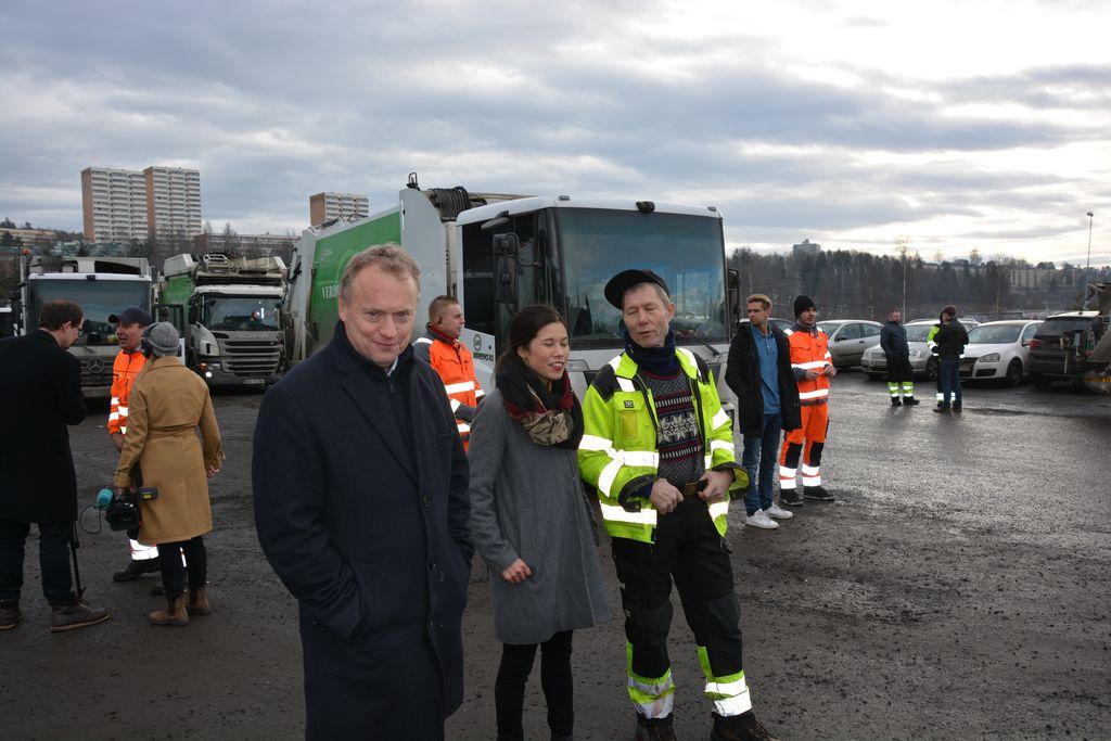 MØTTE RENOVATØRENE: Byrådsleder Raymond Johansen og byråd Lan Marie Nguyen Berg møtte i dag de 170 renovatørene som nå går fra Veireno til Oslo kommune.