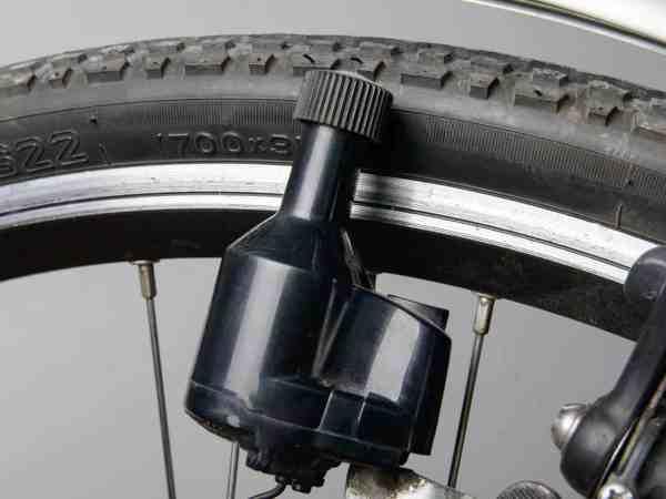 Der Seitendynamo ist eine übliche Variante um Strom für das Fahrradlicht zu liefern. Er ist kostengünstig erhältlich und erzeugt die Energie durch die Drehung des Rades, an dem er angebracht ist.