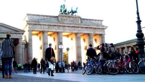 zz-Kiosk-Berlin-Motiv-Brandenburger-Tor-mit-Radlergruppe-Motiv2