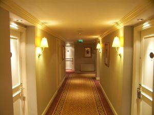 Usare il colore per accorciare una stanza lunga e stretta