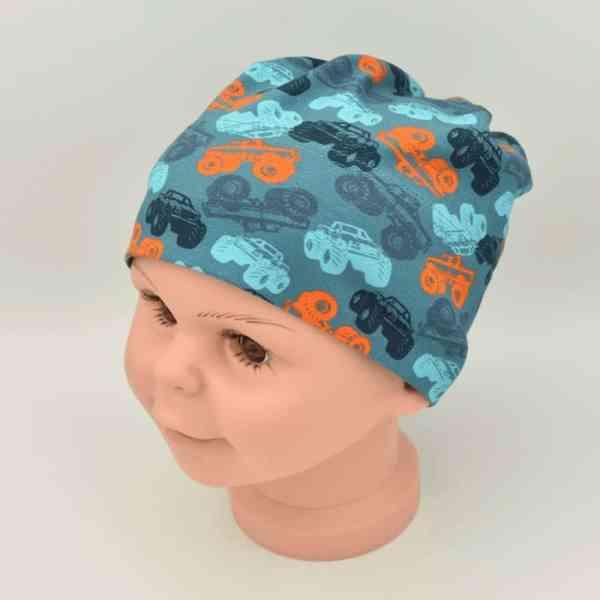 Kinder Sommermütze vom Hersteller Maximo.Die Mütze ist grün mit orangen und dunkelgrünen Monstertruck motiven.Sie ist für Jungs und Mädchen geeignet.