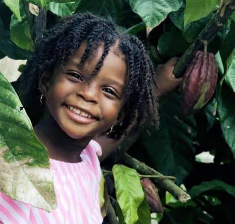 Kind und Kakaofrucht