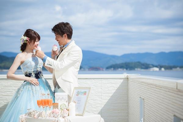 カラードレスにお花をつけた花嫁さま