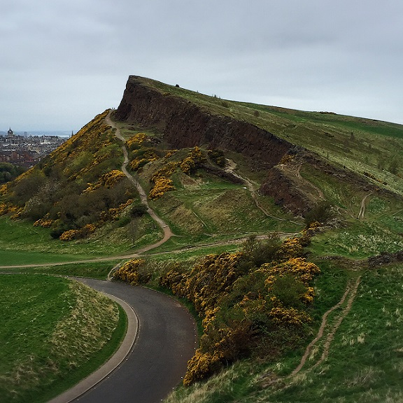 Climbing Arthur's Seat in Edinburgh | @fairyburger