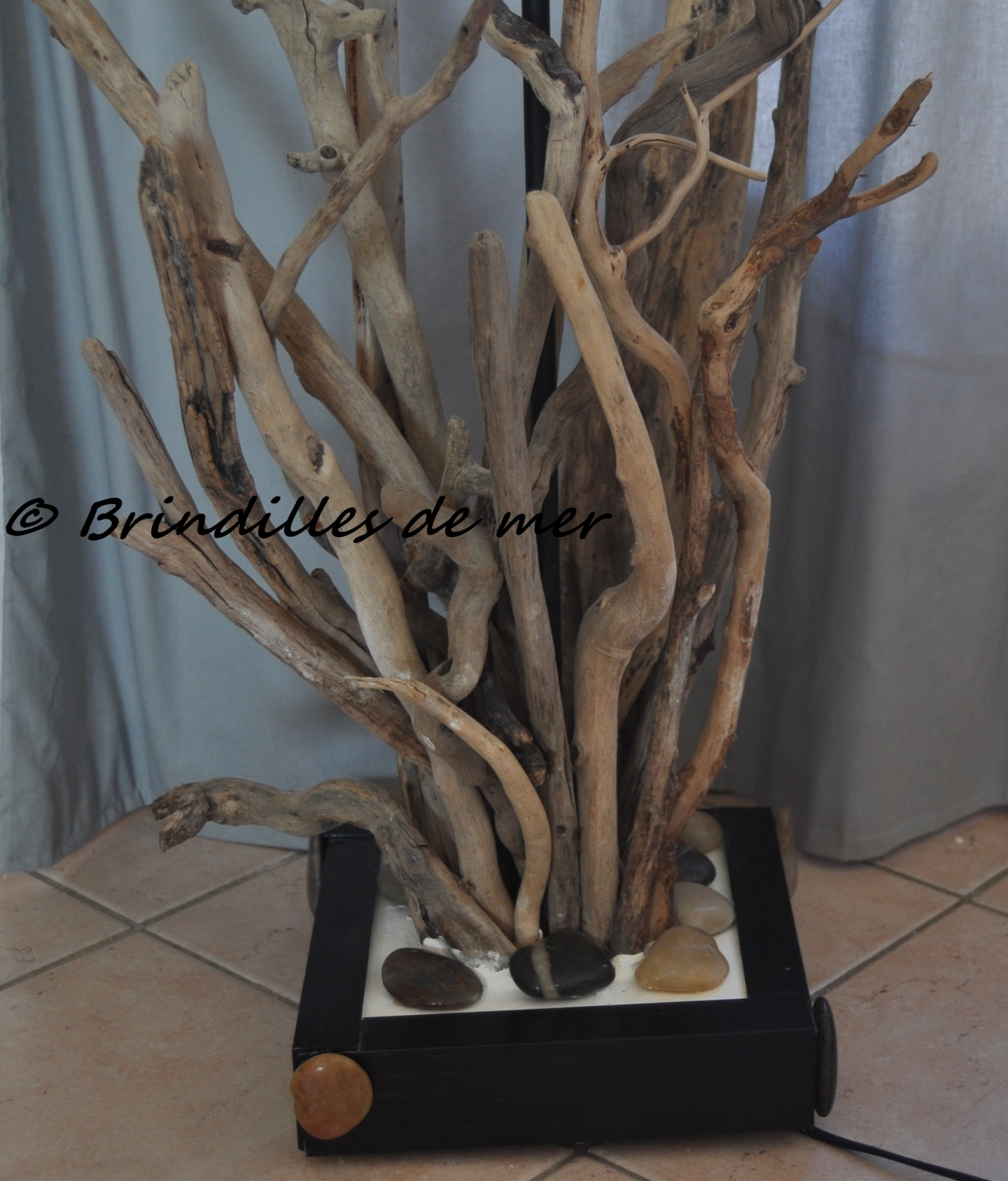 lampadaire en bois flotte et galets modele unique
