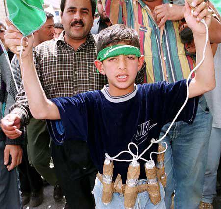 Ein Kind wird zum Selbstmordattentäter abgerichtet