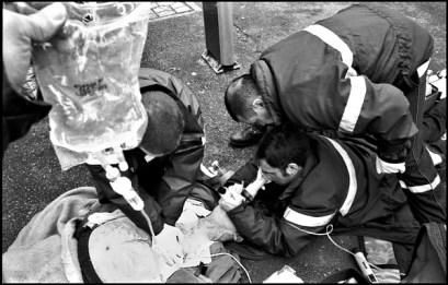 Bourges mars 2005, intubation d'une victime sur la chaussé, centre ville de Bourges.