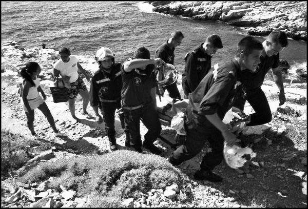 Marseille juillet 2004 16H45, dans les calanques de Marseille une jeune fille est tombé de plus de 3 metres.