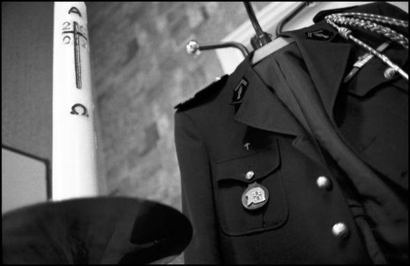 décembre 2003, église St Pierre Angoulême, dans la sacristie de l'église la tenue de pompier du prete qui est aussi sapeurs pompiers volontaire à la caserne de la Couronne (Charente).