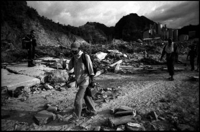Banda Aceh sumatra 5 janvier 2005, reconnaissance du village sinistré de l'usine de lafarge.